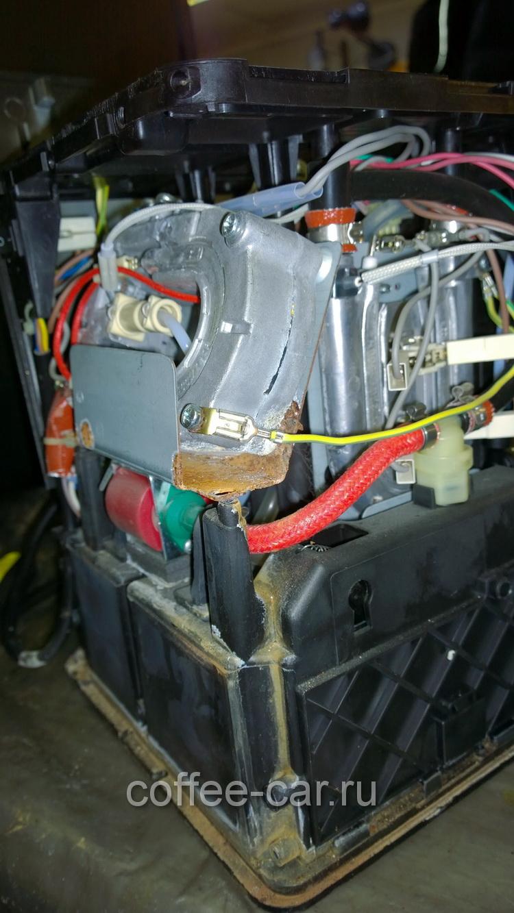 Когда во внутрь кофемашины,долго протекает вода на элементы, это приводит к тому что отгнивают провода, ржавчина меналл разьедает в труху. Ремонт может оказаться нецелесообразным. По этому если кофеварка потекла, её нужно ремонтировать сразу. Ремонт будет проще и дешевле.