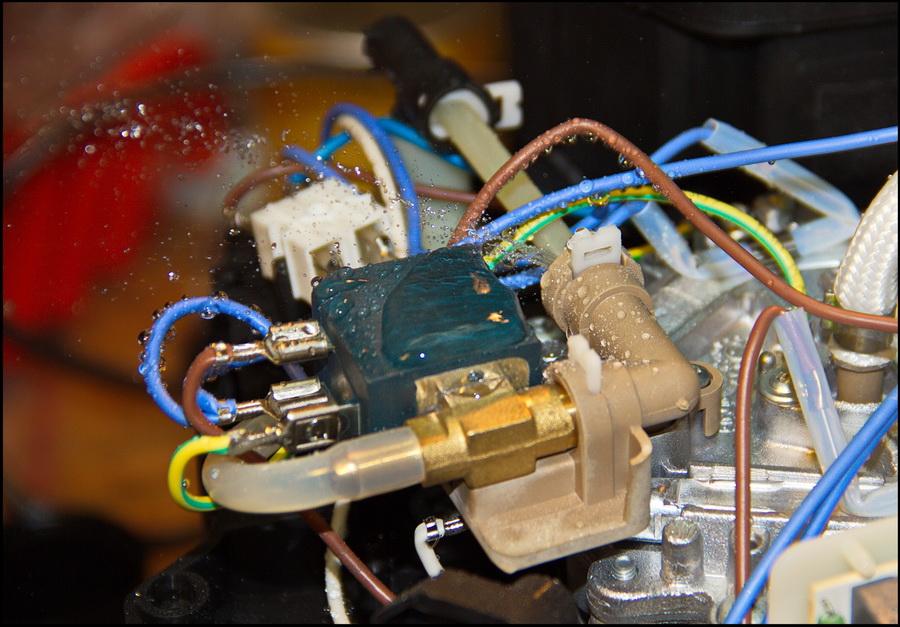Лопнувшая по шву трубка гидросистемы, заливает всю электрику кофеварки. Что быстро приведёт к абсолютной неисправности аппарата.
