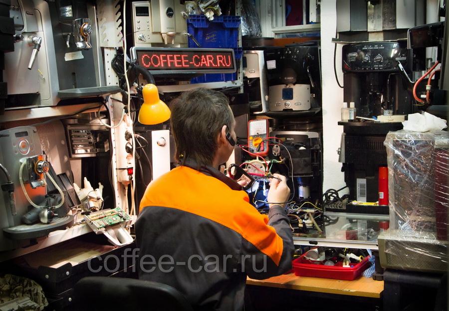 Специалист по ремонту кофемашин компании CoffeeCar в одном из подразделений.